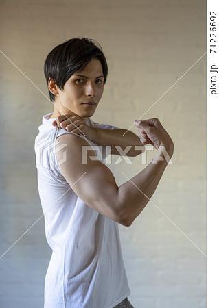 体を鍛える男性 71226692