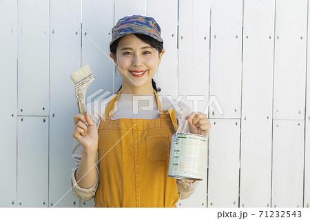 ペンキを塗るDIY女子 71232543