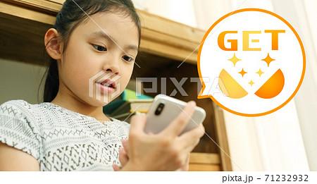 スマホのゲームにてレア物をゲットした女の子のイメージ 71232932
