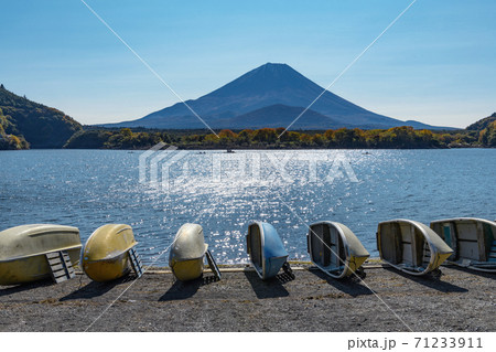 富士山を望む秋晴れの精進湖畔 山梨県富士河口湖町 71233911