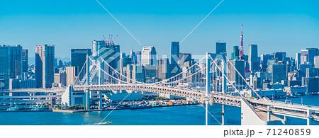 お台場から見た東京の街並み。秋晴れの青空と高層ビル 71240859