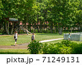 公園を歩く親子 71249131