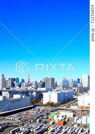 東京都、レインボーブリッジから見た東京タワーとその周辺の風景 71250654