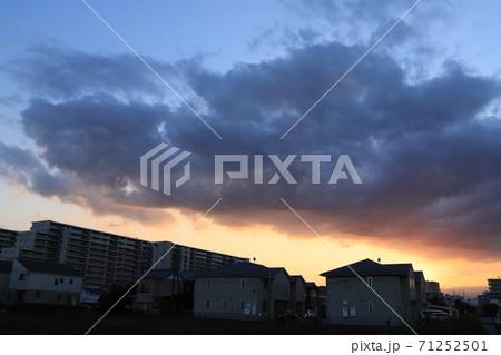 夕暮れと龍のような雲 (撮影場所:神奈川県大和市) 71252501
