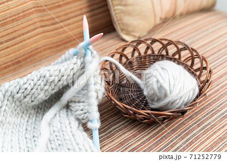 毛糸と編み棒 71252779