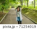 遊歩道に立つ女の子 71254019