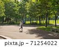 公園を走る女の子 71254022