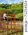 ジャングルジムで遊ぶ子供達 71254024