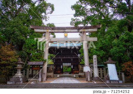 京都、御霊神社(上御霊神社)の鳥居と四脚門(南門)の風景 71254252