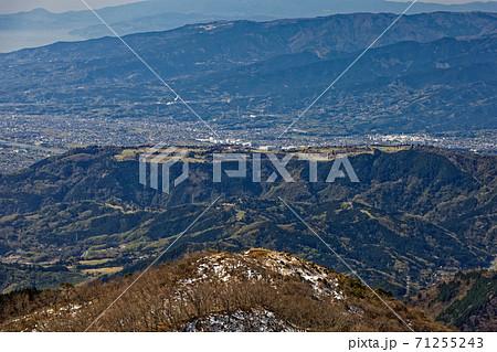 早春の丹沢・塔ノ岳から見る大倉尾根と小田原市街 71255243