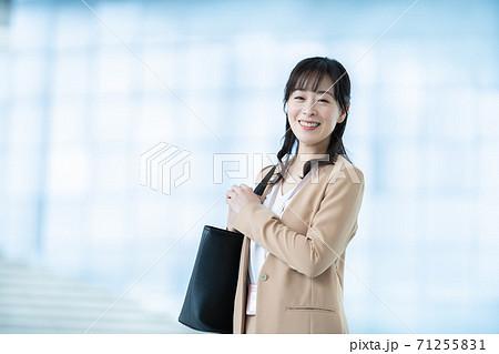 働く女性 ビジネスウーマン 女性ビジネスマン 71255831