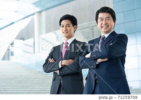 ビジネス 企業のロビーに立つ若い男性とミドルエイジの男性 71259709