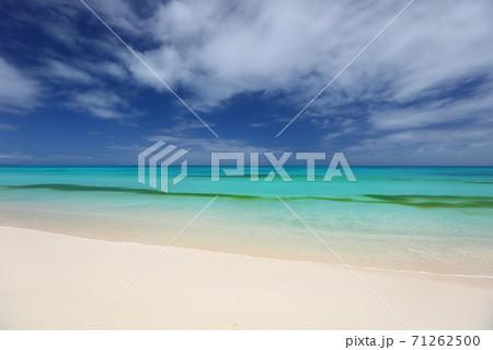 ニューカレドニア ウベア島のビーチと海 71262500