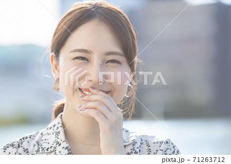 笑顔の女性 ポートレート 71263712