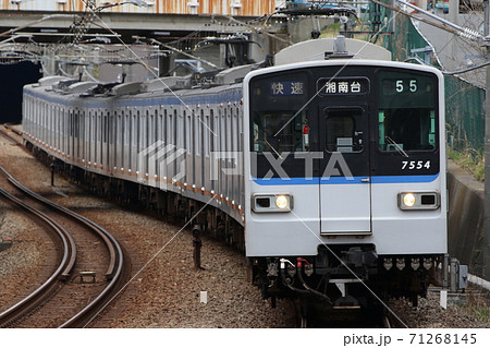 【相鉄いずみ野線】カーブを描きながら南万騎が原駅に到着する新7000系 71268145