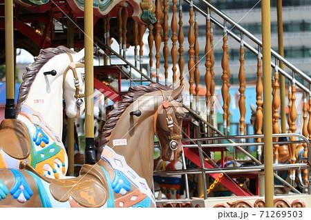 遊園地の回転木馬 71269503
