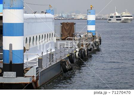 横浜港の桟橋 71270470