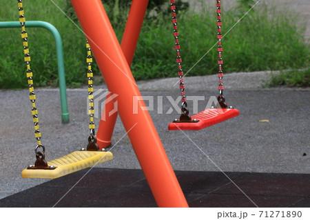 公園のカラフルなブランコ 71271890