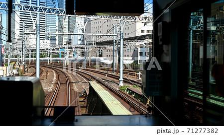 山の手線電車の車窓(田町駅から浜松町駅方面へ) 71277382