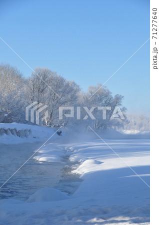 水温より気温が低くて水蒸気が立ち上っている北海道の冬の川 71277640