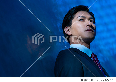 若いスーツを着た男性のポートレート バストアップ 71278577