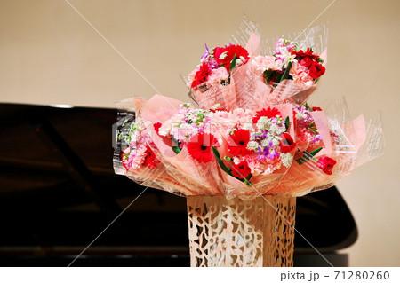 ステージ上に飾られたきれいな花束 71280260