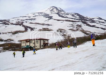鳥海山に春スキーのため登るスキーヤー 71281256