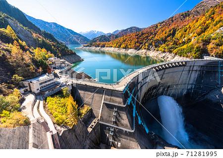《富山県》秋の黒部ダム・紅葉最盛期 71281995
