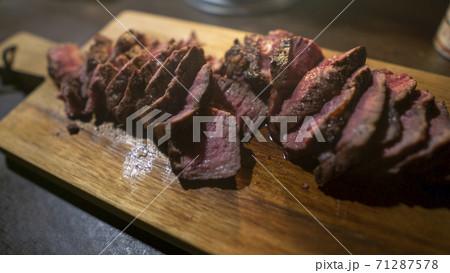 キャンプ場でのお肉、ステーキ肉薄切り木のまな板 71287578