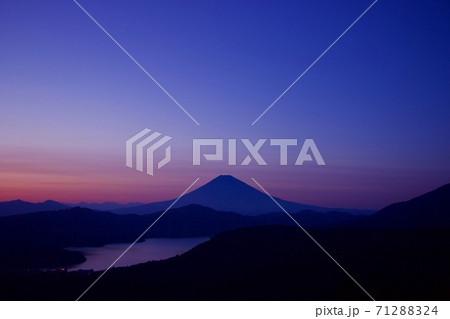 大観山から眺める富士山と芦ノ湖の夕景 71288324