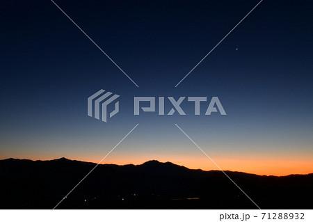 北杜市白州町、明け行く東の空に宵の明星が輝く 71288932