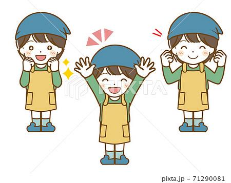 エプロンを着た男児の楽しい表情 71290081
