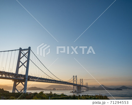 与島パーキングエリアから見た早朝の瀬戸大橋 71294553