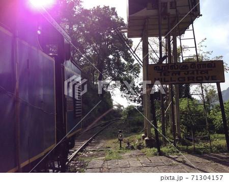 インドのニルギリ山岳鉄道のヒルグローヴ駅 71304157