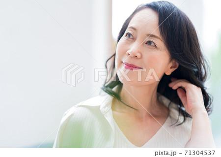 シニア女性、ビューティー、ヘアケア 71304537