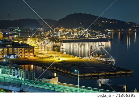 横須賀港の夜景【電灯艦飾】高台から俯瞰 71306395