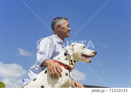 犬とシニア男性 71310135
