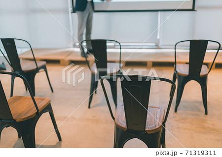 ビジネスプレゼン 座席 71319311