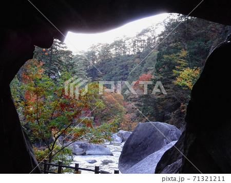 岩のトンネル(石門)から見る渓谷/昇仙峡(山梨県甲府市) 71321211