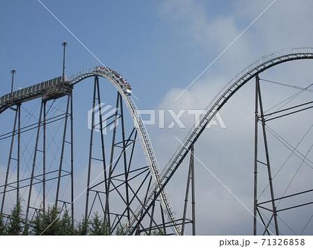 遊園地のジェットコースターが落ちる瞬間 71326858