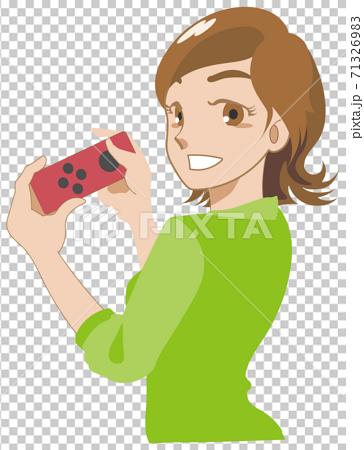 一個女人和一個流行遊戲的控制器一起笑 71326983