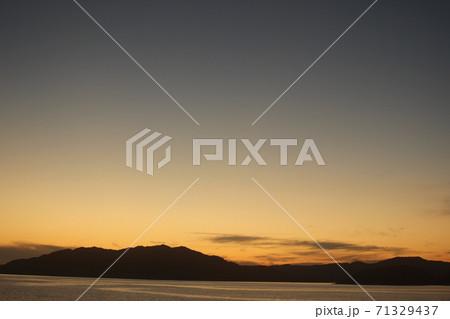 山口県虹ヶ浜のマジックアワーの美しい海と空の風景! 71329437