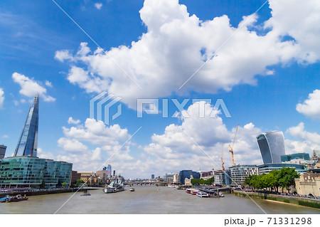 ロンドン タワー・ブリッジから眺めるテムズ川の景色 71331298