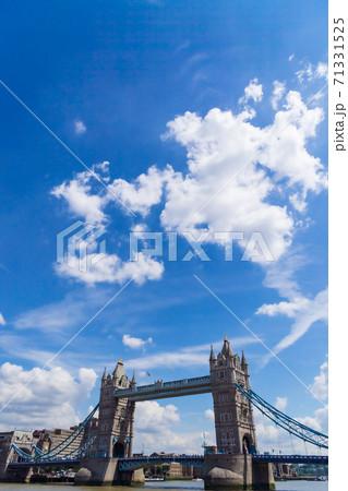 ロンドン 青空と白い雲とタワー・ブリッジ 71331525
