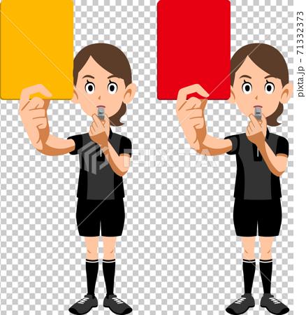 顯示紅牌和黃牌的足球裁判員女人 71332373