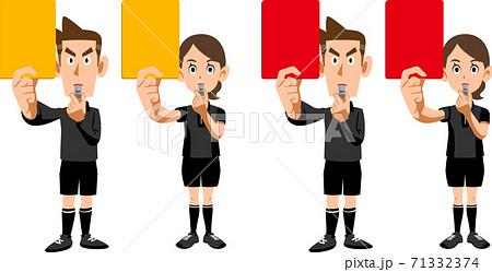 レッドカードとイエローカードを見せるサッカーの審判の男女のセット 71332374