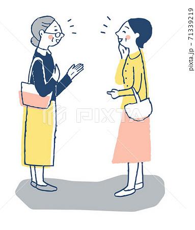 笑顔で立ち話をする女性2人 71339219