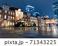 雨の東京駅 71343225