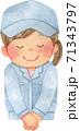 笑顔でお辞儀をする女性作業員(上半身) 71343797