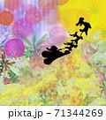 クリスマスの聖なる夜に現れた愉快なサンタクロースとトナカイの幻想的なシルエットとお月さま 71344269